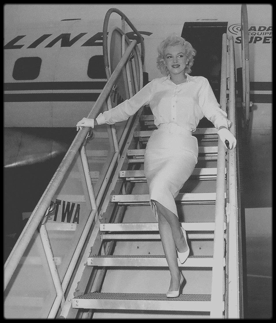 8 Juillet 1958 / Marilyn laisse MILLER à Amagansett afin qu'il avance sur son travail et part, dans la soirée, pour Los  Angeles. Arthur l'accompagne à l'aéroport. Le mardi 8 juillet, elle arrive à Los Angeles, avec Paula STRASBERG et May REIS, sa secrétaire. C'est sa première apparition à Hollywood depuis « Bus stop ». Les deux cents photographes et les journalistes sont éblouis par les cheveux blond platine de Marilyn, son chemisier de soie blanche, sa jupe blanche, ses chaussures blanches et ses gants blancs.Cela fait deux ans qu'ils ne l'ont pas vu mais ils la trouve néanmoins « franchement potelée ». (quelques photos signées James HASPIEL).