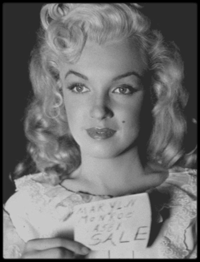 """1949 / Marilyn lors du tournage du film """"A ticket to Tomahawk"""" (Le petit train du far west) / Ce film est un pastiche de western avec une histoire compliquée des tentatives d'un propriétaire de diligence pour empêcher la voie ferrée d'atteindre Tomahawk, dans le Colorado. Dans le train voyage une troupe de danseuses parmi lesquelles Carla (Marilyn). Elle eut à faire un numéro avec Dan DAILEY et trois autres danseuses. Retour à la Fox, mais pour un film savoureux, où Marilyn n'a pas plus à faire que dans ses quatre films précédents. Une brève mais sublime apparition."""