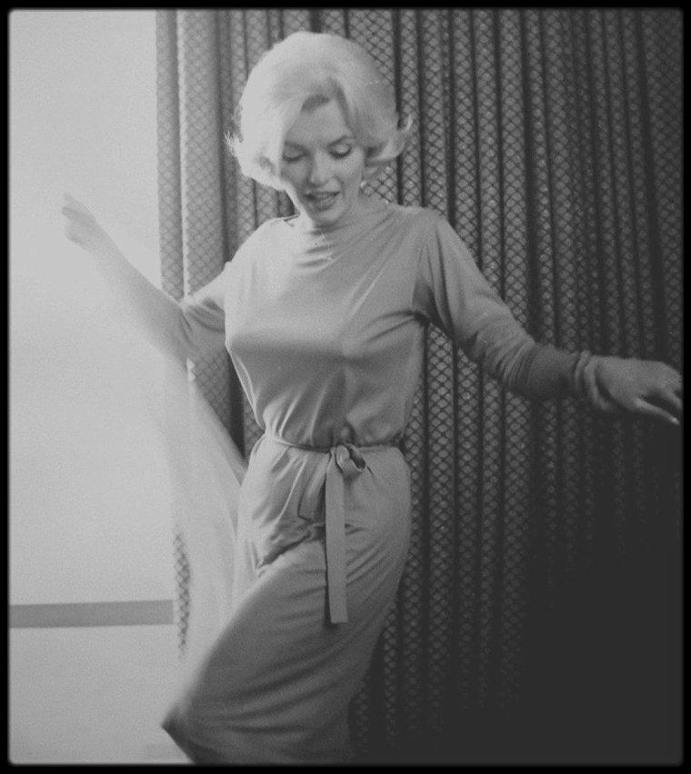 22 Février 1962 / Marilyn en touriste au Mexique, réside à l'hôtel HILTON, suite 1110 ; c'est à 15 heures, qu'une conférence de presse est organisée dans les salons de l'hôtel ; Celle-ci avait été organisée par Patricia NEWCOMB ; 200 journalistes et photographes étaient présents. A cette occasion elle portait une robe verte de chez PUCCI et une écharpe en mousseline verte (tenue qu'elle portera dans son cercueil). La conférence de presse fut suivie d'un cocktail. Par l'entremise de Martha JOSEFY, une amie commune, elle rencontra Frederic VANDERBILT FIELD et sa femme Nieves, communistes américains qui avaient fui les Etats-Unis pour vivre en paix au Mexique. Frederic VANDERBILT FIELD passa quelques jours avec Marilyn, Eunice et Churchill MURRAY ; il les conduisit au marché de Toluca  où elle acheta des poteries. Marilyn en profita pour acheter et commander des meubles de style mexicain pour sa nouvelle maison de Brentwood, des articles locaux, et commanda des carreaux mexicains pour la cuisine et les salles de bains.