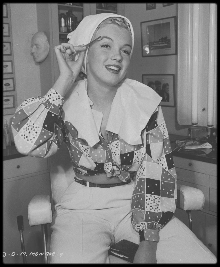 """1948 / Et la chrysalide devint papillon ; différentes étapes de maquillage dans les studios de la Columbia pour le film """"Ladies of the chorus"""". (photos Ed CRONENWETH)."""