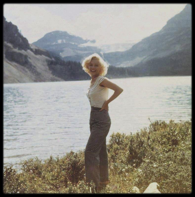 """1953 / Sept clichés très rares montrant Marilyn aux côtés de Joe DiMAGGIO, venu lui rendre visite à Banff, au Canada, alors qu'elle tourne les extérieurs du film """"River of no return""""."""