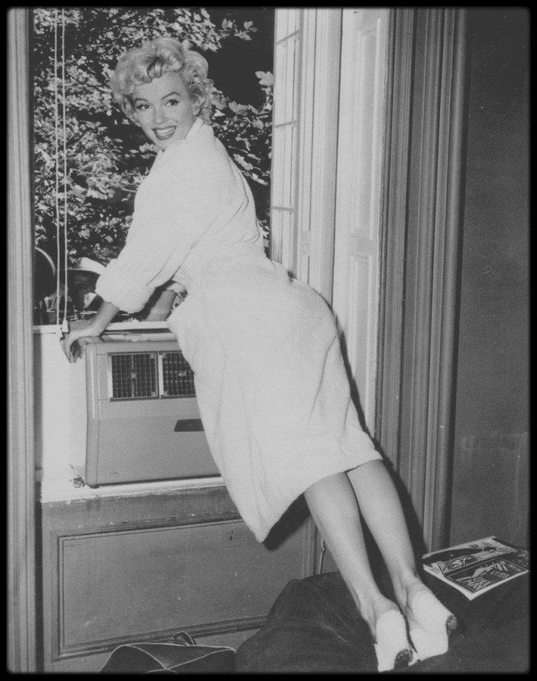 """1954 / Marilyn en peignoir saluant la foule au bas de l'immeuble où elle tourne, lors du tournage du film """"The seven year itch"""", photos Bob HENRIQUES, Elliott ERWITT."""