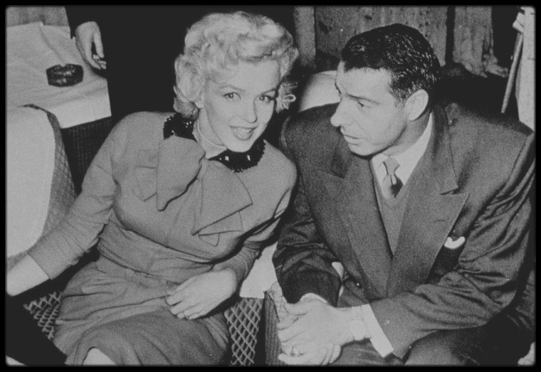 """3 Février 1954 / Lors de leur visite au Japon, le couple DiMAGGIO loge à l""""Imperial Hôtel"""" ; une conférence de presse est organisée dans le salon de l'hôtel, où pas moins de 75 journalistes mitraillent de photos et de questions Marilyn, alors qu'à la base, cette dite conférence était destinée à Joe et sa carrière de sportif. Marilyn lui vola la vedette, ce qui déplut fortement à Joe, qui mit un terme rapide à la séance, suite à des questions indiscrètes sur sa femme."""