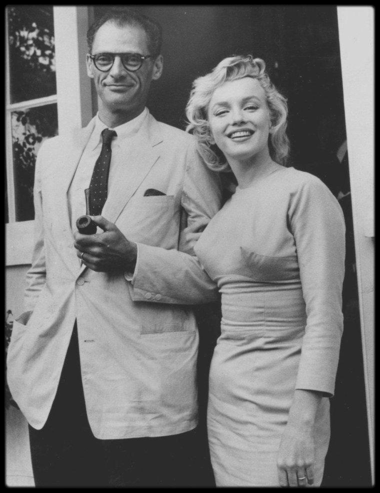 """14 Juillet 1956 / Lors de leur arrivée à Londres, le couple MILLER-MONROE accompagné de Laurence OLIVIER, sa femme Vivien LEIGH et Milton GREENE, se rendent dans le Surrey. Milton GREENE et Arthur JACOBS (qui s'occupait des relations publiques de Marilyn) s'y rendirent aussi, escortés par quatre policiers. Les MILLER s'installèrent à """"Parkside House"""", à Englefield Green, Egham (près de Windsor Park, à une heure de route de Londres). Ils louèrent le superbe manoir géorgien à Lord NORTH, directeur du """"Financial Times"""" et à sa femme l'actrice et pianiste Joan CARR."""
