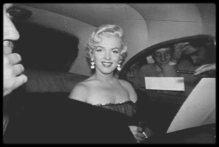 """1954 / Marilyn se rend au """"Club 21"""" à New-York prendre un drink, établissement toujours ouvert de nos jours, proposant un restaurant et un bar, où nombre de personnalités se rendent, créé dans les années 30, au temps de la prohibition ; le photographe et ami de Marilyn signera la plupart des photos... Le club se situe au 21 West 52nd Street."""