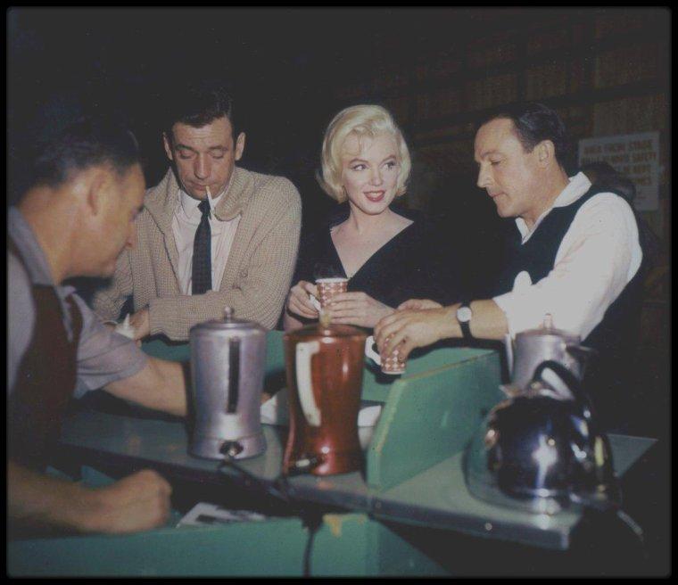 """1960 / Pause cigarette et café pour Marilyn, Gene KELLY et Yves MONTAND, lors du tournage de la scène finale du film """"Let's make love""""."""