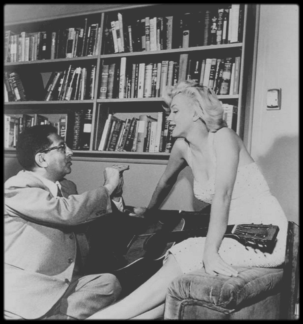 3 Juillet 1953 / Marilyn reçoit le journaliste Sidney SKOLSKY dans son appartement de Doheny drive, en vue d'une interview principalement axée sur son enfance. Les photos sont de Bob BEERMAN.