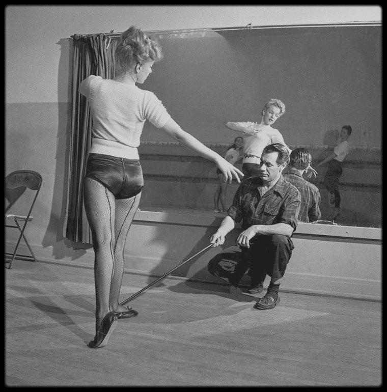 Février 1949 / Marilyn prenant des cours de danse avec le professeur Nico CHARISSE, qui n'est autre que l'ex mari de l'actrice Cyd CHARISSE. Des photos signées J.R. EYERMAN.