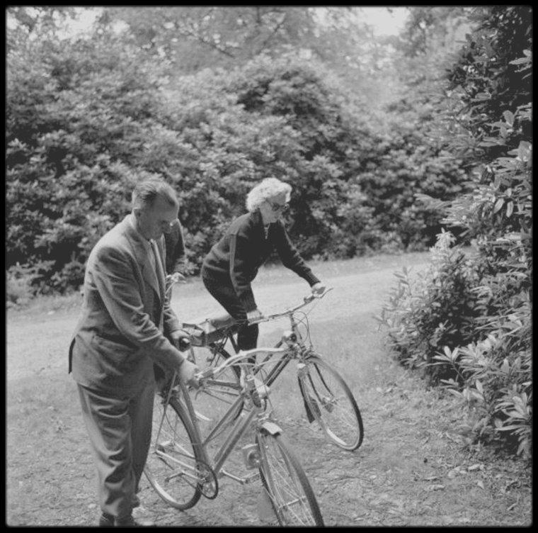 """1956 / Lors de leur séjour en Angleterre, Marilyn et Arthur en profite pour faire des ballades à bicyclette dans """"Windsor park"""", vélo qui fut offert à Marilyn lors d'une conférence de presse à Londres."""