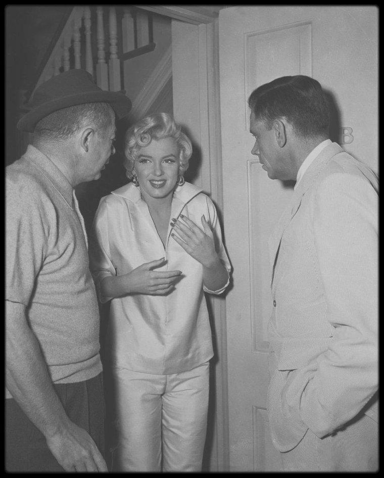 """1954 / Marilyn, Billy WILDER et Tom EWELL lors des répétitions d'une scène du film """"The seven year itch""""."""