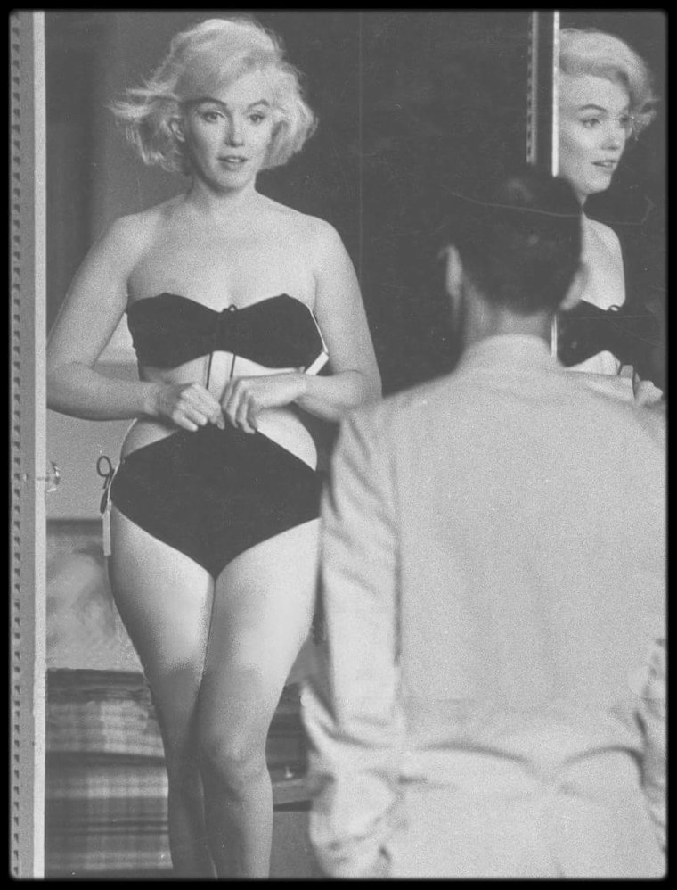 """1960 / C'est sous l'objectif de John BRYSON et le regard d'Arthur MILLER, que Marilyn essaye un maillot de bain dans le dressing-room de la Fox, alors qu'elle tourne le film """"Let's make love""""."""