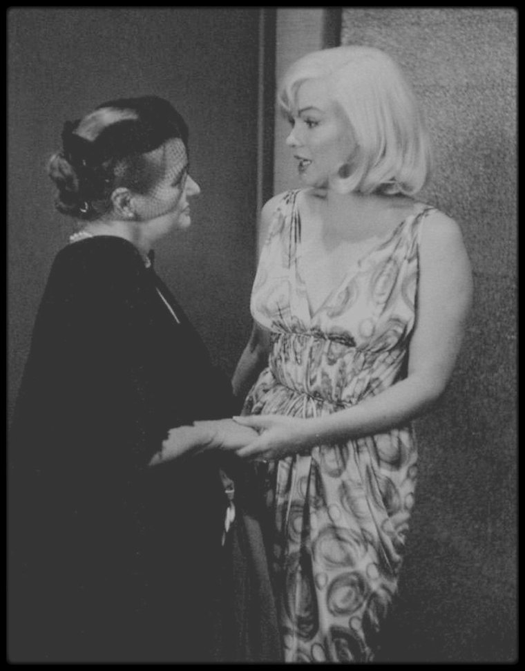 """24 Février 1960 / Une conférence de presse est organisée dans un salon du """"Mapes Hotel"""", à Reno dans le Nevada, lieu de tournage du film """"The Misfits"""". Un cocktail et des séances de poses devant les photographes ont lieu, avec l'équipe du film: Marilyn, Clark GABLE, Montgomery CLIFT, Thelma RITTER, Arthur MILLER, John HUSTON, Frank TAYLOR (le producteur du film). Des photographes de """"l'agence Magnum"""" sont présents, tels que Inge MORATH, Bruce DAVIDSON et Henri CARTIER-BRESSON. Paula STRASBERG était aussi de la partie."""