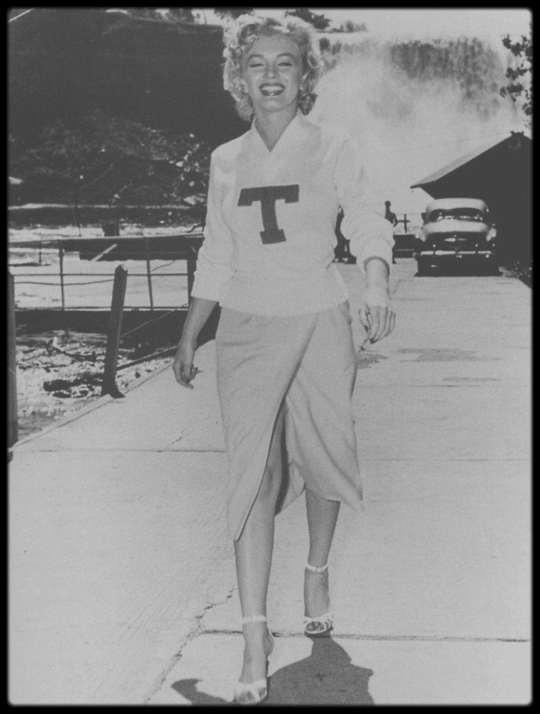 "1952 / Jolies candides + cover de Marilyn lors du tournage du film ""Niagara""."