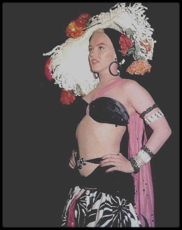 """1954 / Marilyn lors des essayages d'un costume signé TRAVILLA, pour le film """"There's no business like show business"""", costume avec lequel elle interprète le fameux numéro musical où elle chante """"Heat wave""""."""