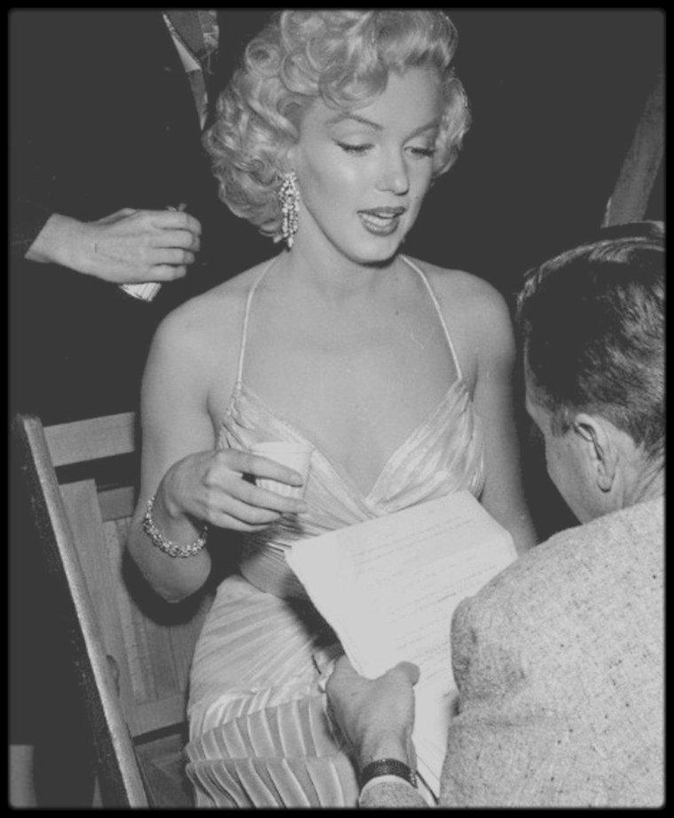 4 Décembre 1953 / (part II) Marilyn est conviée à un gala de bienfaisance pour les enfants, coiffée par Gladys RASMUSSEN sa coiffeuse attitrée du moment et maquillée par Whitey SNYDER, où sont également invités Jack BENNY, Danny THOMAS ou encore Bob HOPE.