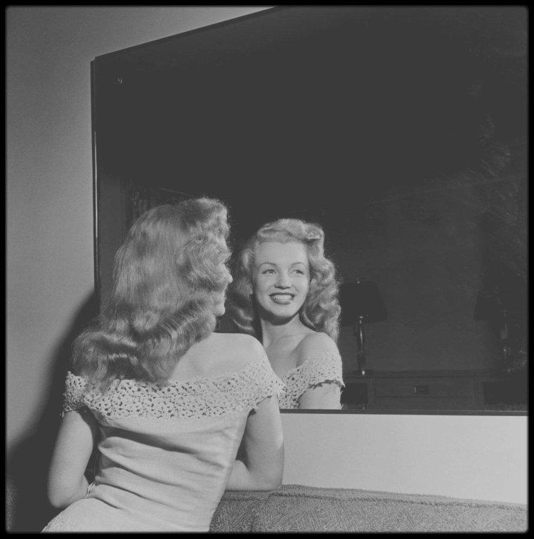 """Juin 1949 / (part II) Marilyn voyage en train à travers les Etats Unis pour promouvoir le film """"Love happy"""" et se rend à New York, chargée par le magazine """"Photoplay"""" de participer à la remise du concours """"Dream Home"""" (""""Maison de Rêve"""") organisé par le magazine."""