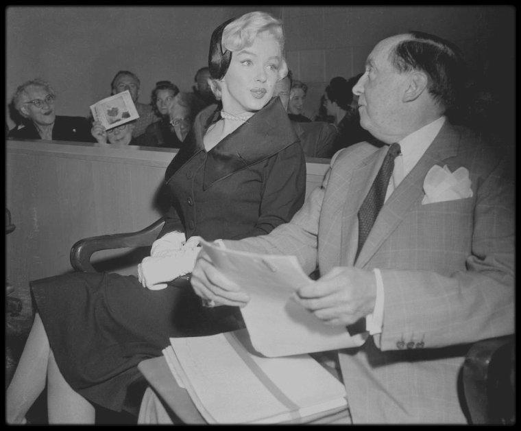 27 Octobre 1954 / DIVORCE DiMAGGIO / Sidney SKOLSKY accompagna Marilyn et l'avocat Jerry GIESLER au tribunal de Santa Monica. Marilyn comparu devant le juge Orlando H. RHODES. Elle lui dira :  « Votre Honneur, mon mari était parfois d'une humeur si noire qu'il restait sans m'adresser la parole pendant cinq jours, même sept jours de suite. Encore plus même quelquefois. Je lui demandais : « qu'est-ce qui ne va pas ? ». Pas de réponse ! Il m'interdisait de recevoir des visites ; en neuf mois, je n'ai reçu que trois fois des amis. La plupart du temps, il ne me témoignait que froideur et indifférence. »  Natasha LYTESS s'était proposée de témoigner mais Marilyn l'en dissuada. A la barre se présenta alors Inez MELSON qui déclare d'une voix tranquille : «Mr DiMAGGIO était complètement indifférent et se souciait peu du bonheur de Mrs DiMAGGIO. Je l'ai vu la repousser et lui dire de lui ficher la paix ». Joe se tint à l'écart des débats, et Marilyn obtient un divorce provisoire (il ne deviendra effectif que dans un an), pour les raisons officielles suivantes :  « Depuis le début de leur mariage, l'accusé a témoigné envers la plaignante d'une grande cruauté mentale, provoquant ainsi de graves souffrances psychiques, et une grande angoisse, tous actes et comportements de la part de l'accusé ne pouvant être imputés à la plaignante ; l'accusé est donc coupable d'avoir provoqué la détresse mentale de la plaignante, ses souffrances et son angoisse ». Le jugement définitif de divorce sera prononcé par le juge Elmer DOYLE, en faveur de Marilyn, pour le motif de cruauté mentale (équivalent à l'incompatibilité d'humeur dans notre code civil français) en 1955.