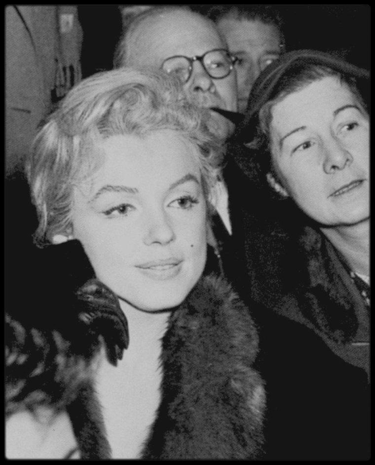 """21 Novembre 1956 / Les MILLER, lors de leur long séjour en Angleterre (pour le tournage du film """"The Prince and the showgirl"""", sont conviés au """"Royal Court Theater"""" de Londres, à une soirée discussion sur le théâtre anglais ; Milton GREENE s'irritait de plus en plus de l'influence de MILLER sur Marilyn ; MILLER manifestait à Marilyn ouvertement son hostilité envers Milton GREENE et lui conseilla de prendre entièrement le contrôle de la société de production (Les """"Marilyn MONROE Production""""). A la fin du tournage de «The sleeping prince» ou """"The Prince and the showgirl"""", MILLER et Milton GREENE ne se parlaient presque plus. C'est pendant ce tournage que Milton s'était rapproché de Jack CARDIFF, avec qui il comptait installer une entreprise pour faire des films en Angleterre. CARDIFF avait acquis quelques pièces qu'il souhaitait réaliser pour sa propre production. Entre autres, il avait acheté le scénario de « Sons and lovers » de D.H.LAWRENCE, qu'il tournera par la suite avec succès. Mais les plans de GREENE seront bloqués par Arthur MILLER. Arthur commença à cette époque la rédaction d'une nouvelle inspirée par une expérience qu'il avait vécue en attendant de pouvoir demander le divorce et de pouvoir commencer une nouvelle vie avec Marilyn. A Reno, dans le Nevada, il avait passé du temps avec deux cow-boys qui chassaient les chevaux sauvages. Ce fut le début de rédaction de « The misfits ». MILLER reçut alors une convocation du """"Foreign Office"""" qui lui demanda à quelle date il comptait rentrer aux Etats-Unis pour se présenter devant le Grand Jury. MILLER leur annonça que, contrairement à beaucoup de gens ayant fui le maccarthysme et s'étant installés en Angleterre, il comptait rentrer aux Etats-Unis sous peu."""