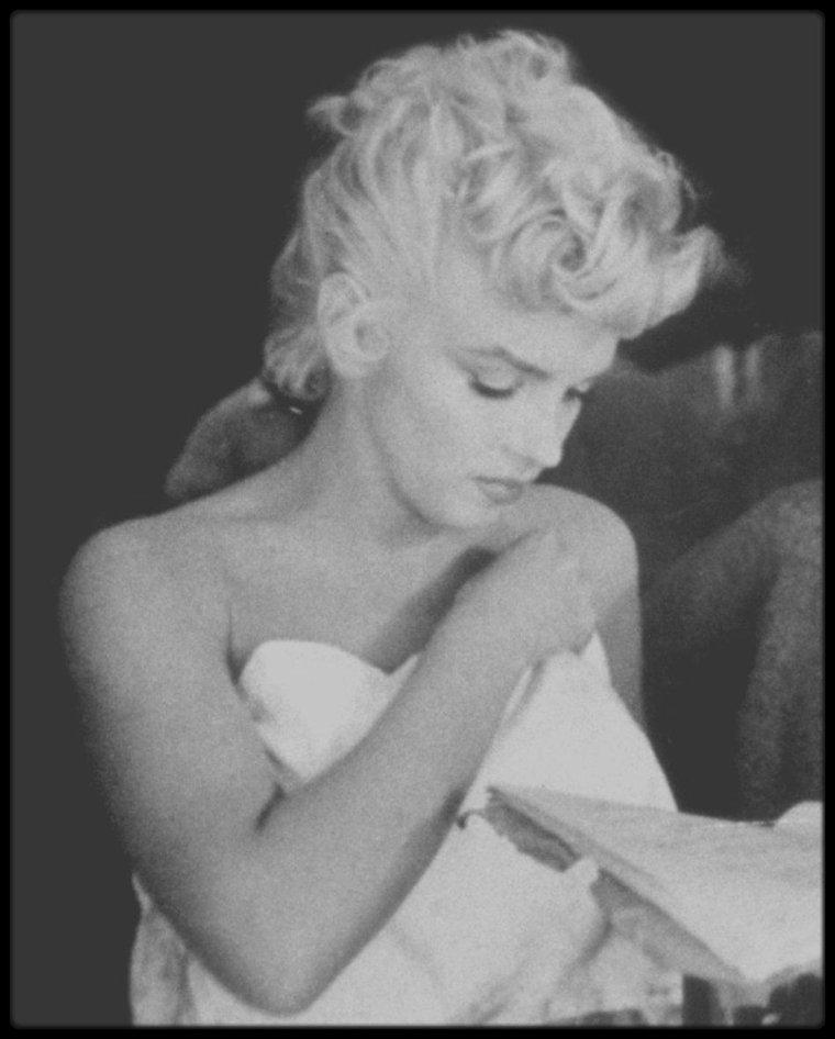 """1954 / Marilyn lors du tournage du film """"The seven year itch"""" dans la scène du bain, sous l'oeil du photographe et ami Sam SHAW."""