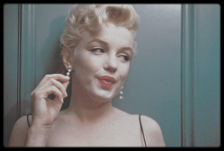 "Mars 56 / (Part II) Conférence de presse donnée par le magazine ""Look"" dans la maison louée par Marilyn lors du tournage de ""Bus stop"", sur North Beverly Glen Boulevard. (Photos Earl LEAF, Milton GREENE and Phil STERN)."