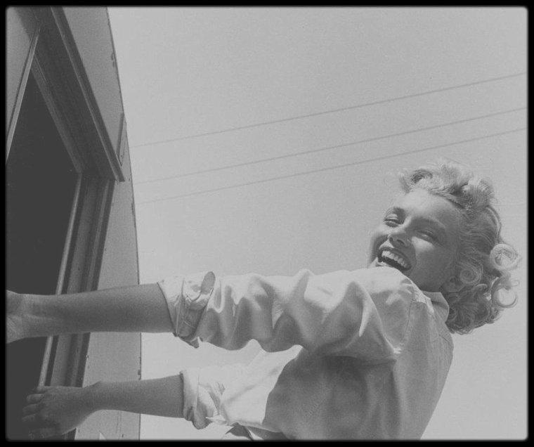 "1951 / Lors du tournage du film ""Clash by night""."