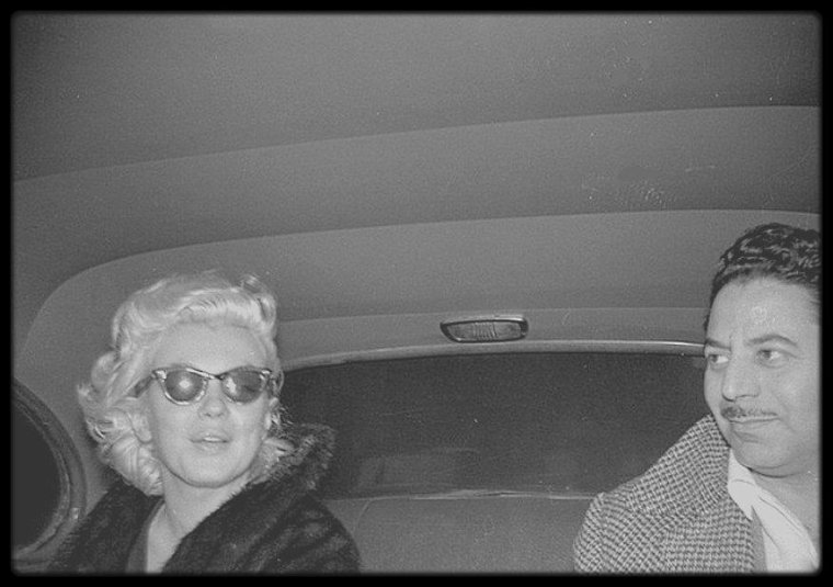 1955 / Pour les fans avertis, ces huit photos candides rares pas de très bonnes qualités (que j'ai un peu remastérisé) mais avec un visu correct de Marilyn prisent à New-York par des fans et autres admirateurs... Sur la dernière photo, on reconnaîtra Sam SHAW, photographe et ami de Marilyn.