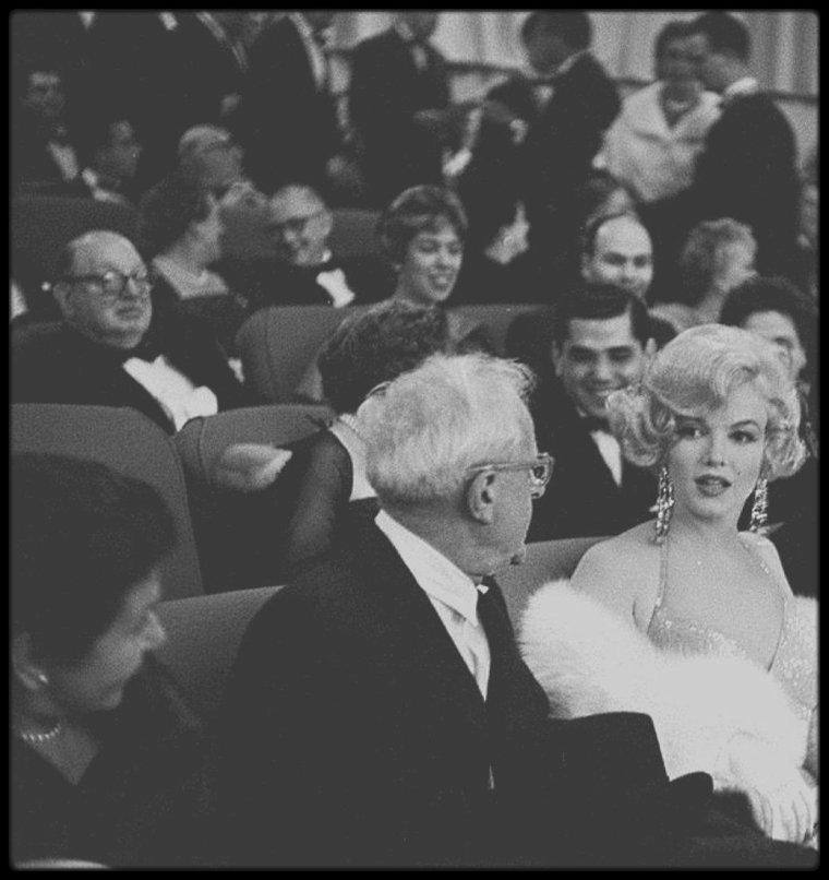 """29 Mars 1959 / (Part II) Marilyn et MILLER se rendent à la Première du film """"Some like it hot""""."""