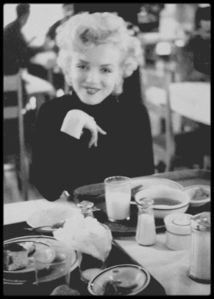 1954 / Rare Marilyn prenant son déjeuner au mess des officiers lors de sa tournée de chants en Corée.