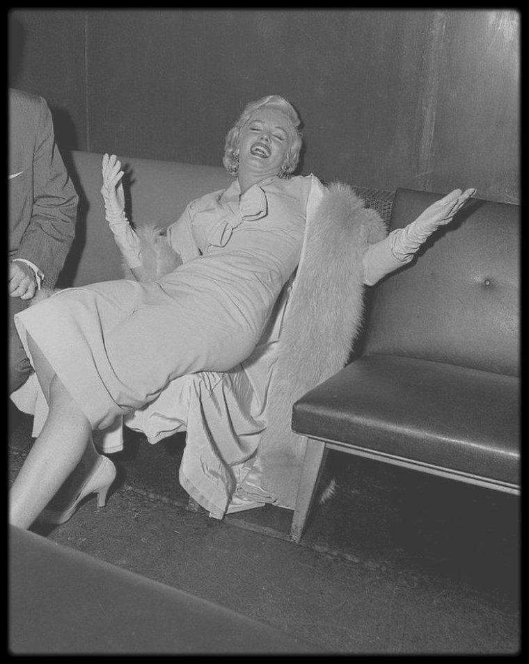 """8 Septembre 1954 / (Part III) Marilyn arrive à l'aéroport """"d'Idlewild"""" de New-York (actuellement """"John KENNEDY Airport"""")  pour les extérieurs du film """"The seven year itch"""" avant d'aller s'installer au """"St Regis Hotel"""". (Photos Sam SHAW)."""