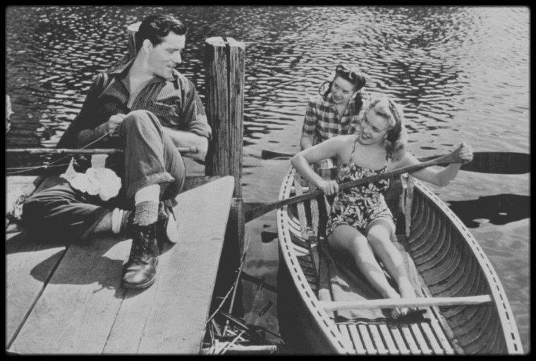 """1947 / PREMIERE APPARITION DANS UN FILM : """"Scudda Hoo ! Scudda Hay !"""" / Marilyn (non citée au générique) tient son premier rôle au cinéma dans ce film en Technicolor relatant l'histoire d'une famille de fermiers qui se querelle sur la meilleure façon de s'occuper des mules (le titre du film fait allusion au cri traditionnel utilisé pour aiguillonner les attelages des mules). Marilyn tourne deux scènes. Dans l'une elle est dans un canoë avec une autre starlette ; dans l'autre - coupée au montage - elle est à l'arrière-plan et crie bonjour à June HAVER, l'interprète principale. Après six mois environ sous contrat avec la Fox, Marilyn était soulagée de décrocher enfin un rôle - même s'il est possible qu'elle ait joué les figurantes dans d'autres films durant cette période. Bien que ce fût le premier film que Marilyn tournât, ce ne fût pas le premier à sortir; en fait « Dangerous years » (1947) était sorti quatre mois auparavant."""