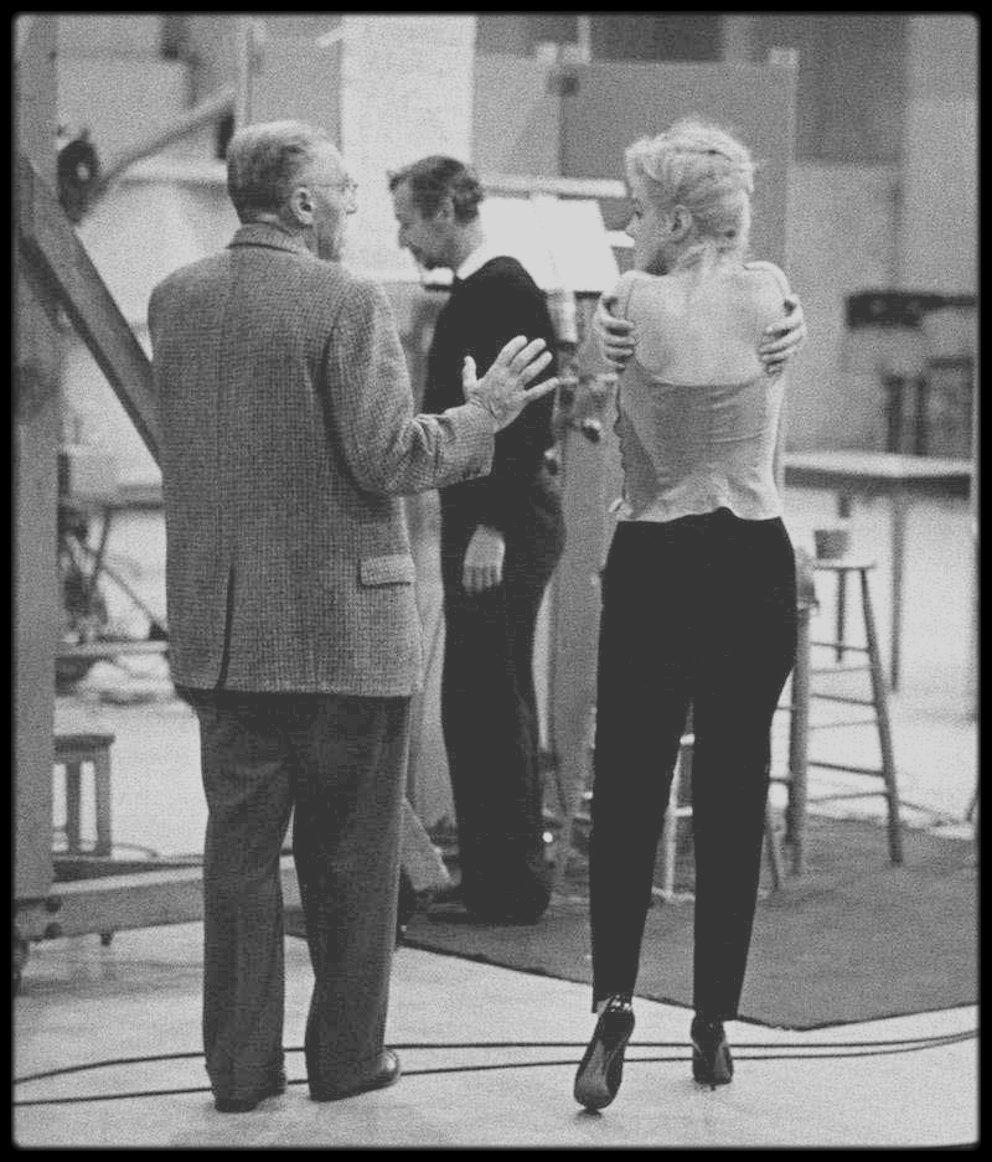 """9 Novembre 1959 / Début du tournage du film """"Let's make love"""" où Marilyn commence par le doublage de ses chansons dans les numéros musicaux. (Photos John BRYSON)."""