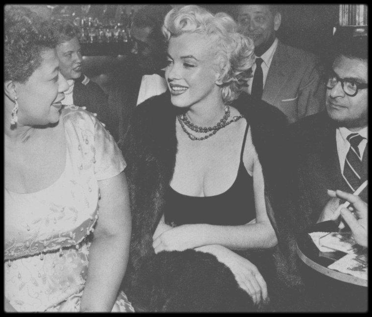 """19 Novembre 1954 / RENCONTRE DE DEUX DIVAS / Selon les propres mots d'Ella FITZGERALD, c'est Marilyn qui apporte un grand soutien à sa carrière en l'imposant littéralement au """"Mocambo Club"""" de Los Angeles. En effet, Marilyn, très grande admiratrice d'Ella FITZGERALD, téléphone en personne au patron du club et lui demande de programmer Ella contre la promesse de réserver, chaque soir où elle se produirait, une table au premier rang. Ne pouvant refuser une telle publicité, le patron accepte et Marilyn tient parole."""