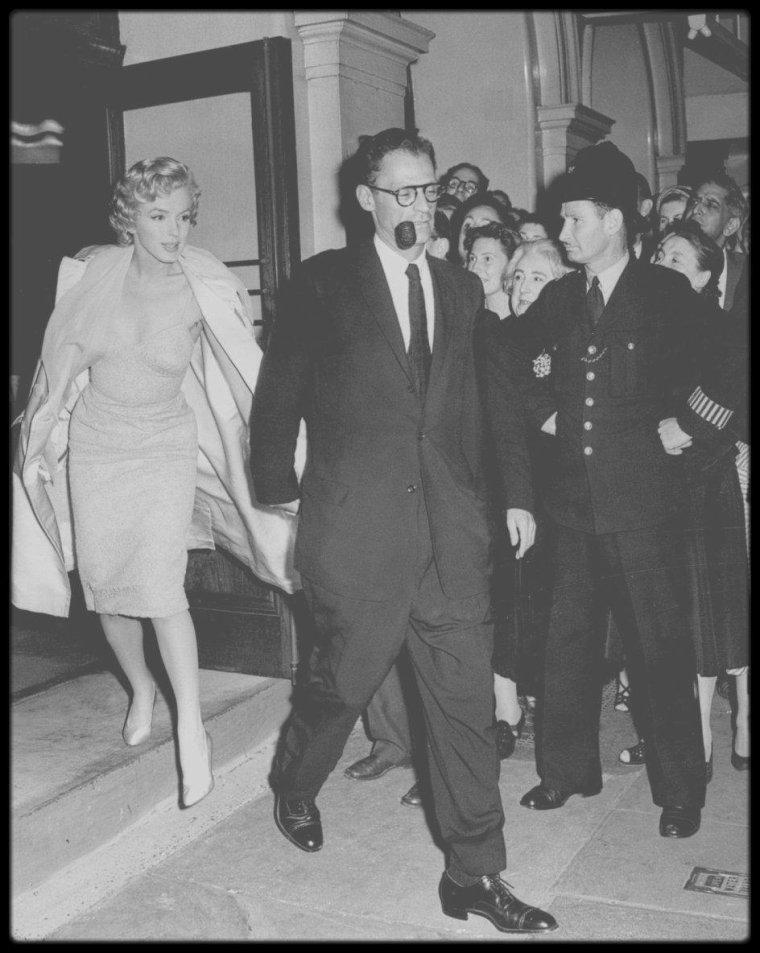 """18 Juillet 1956 / Lors de leur séjour en Angleterre, où Marilyn se trouve pour tourner le film """"The Prince and the showgirl"""", les MILLER sont invités à assister à la pièce de théâtre """"South see bubble"""", jouée au """"Lyric Theatre"""" de Londres avec dans les rôles principaux Laurence OLIVIER et sa femme Vivien LEIGH."""