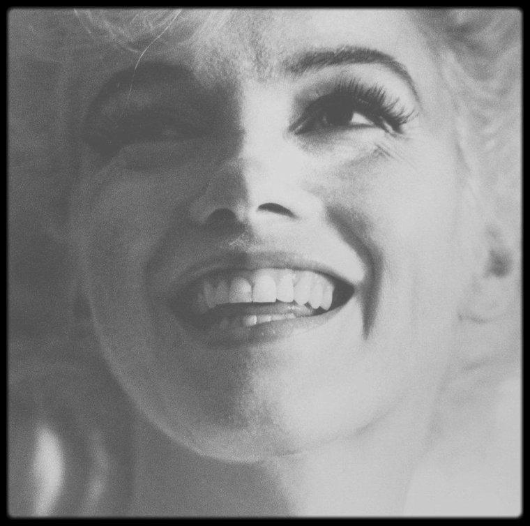 4 Août 1962 / LA DERNIERE JOURNEE DE MARILYN / Il n'existe pas de réelles divergences de témoignages quant aux activités de Marilyn ce dernier jour. Le principal désaccord porte sur le temps qu'elle passa avec le Dr GREENSON. L'opinion la plus répandue est qu'il resta avec elle la plus grande partie de la journée, mais, selon certaines versions, il ne l'aurait rencontrée que durant 2 heures, en début de soirée. Elle passa de nombreux appels téléphoniques; elle en reçut en revanche très peu, car Eunice MURRAY ne lui transmettait pas tous les appels. La liste des personnes avec qui elle aurait eu une conversation est impressionnante. Nombreux sont ceux qui ont revendiqué avoir joué un rôle au cours de cette dernière journée, mais l'enregistrement des appels n'a pas été rendu public. De la même façon, le nombre de projets que Marilyn aurait fait pour le lendemain est étonnant : rencontrer Sidney SKOLSKY, travailler sur le projet de film sur Jean HARLOW, donner une conférence de presse afin de dénoncer les agissements des frères KENNEDY... Au cours de cette journée elle parla au téléphone avec Sidney SKOLSKY, Marlon BRANDO, Ralph ROBERTS, Joe DiMAGGIO Jr et Peter LAWFORD (informations avérées). Le 3 août Pat NEWCOMB passa la nuit chez Marilyn. Marilyn se réveilla tôt le matin après une mauvaise nuit où elle avait très peu dormi. / 8h : Arrivée d'Eunice MURRAY pour sa journée de travail. / 9h : Marilyn déjeune d'un verre de jus de pamplemousse. Au cours de la matinée, elle fait un peu de jardinage et réceptionne des plantes et une table qu'elle avait commandées. / 10h : Arrivée du photographe Lawrence SCHILLER pour regarder avec elle les photos faites sur le tournage de « Something's got to give » (scène de la piscine) - Marilyn en sélectionne quelques unes. Puis elle téléphone à des amis. / Midi : Pat NEWCOMB se lève ; Eunice MURRAY prépare le déjeuner. / 13h : Arrivée de Ralph GREENSON. Il reste avec Marilyn jusqu'à 19h. / 15h : GREENSON demande à Pat NEWCOMB de partir