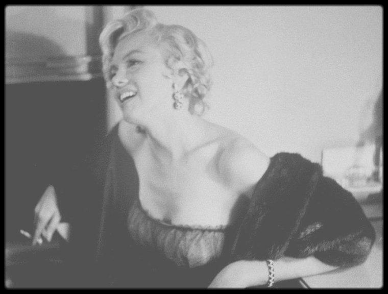 """Septembre 1954 / Marilyn se rend au """"St James Theater"""" assister à la pièce de théâtre """"The pajama game"""" ; après la représentation, elle ira saluer les artistes dans leur loge et s'ensuivra une conférence de presse au """"St Regis Hotel""""."""