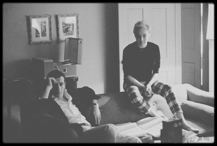 """1960 / ET SIMONE DANS TOUT CELA ? / Comme quoi on peut avoir la beauté absolue, la voix absolue, la droiture absolue, et la classe absolue. Que dit Simone SIGNORET des coucheries de son mari, Yves MONTAND, avec Marilyn le sex-symbol platine ? «Si Marilyn est amoureuse de mon mari, c'est preuve qu'elle a bon goût.» Elle dit aussi : «J'ai été la cocue la plus célèbre au monde.» Ou encore, après la mort de l'icône, deux ans après sa love affair avec le chanteur acteur, rencontré sur le tournage du """"Milliardaire"""" de George CUKOR : «Elle n'aura jamais su combien je ne l'ai jamais détestée, et comme j'avais bien compris cette histoire qui ne regardait que nous quatre.»  Quatre, parce qu'au trio MONTAND-SIGNORET-MONROE s'ajoute l'époux de Marilyn, l'écrivain Arthur MILLER, ce qui corse encore un peu plus l'affaire : une banale histoire de coucherie, mais avec des personnages extraordinaires. Confessons une préférence pour Simone, ce qui n'a aucune incidence ni valeur de jugement moral, et revenons-en aux faits. En 1959, le couple MONTAND-SIGNORET, marié depuis huit ans, est déjà une légende. Les voilà partis aux Etats-Unis, qui pour entamer une tournée triomphale, qui pour recevoir un oscar de la meilleure actrice pour """"Les Chemins de la haute ville"""", tourné en Angleterre. Ils s'installent à Los Angeles, près des MILLER, dont le mariage bat de l'aile. Marilyn, qui a vu MONTAND en concert, veut absolument tourner """"Le  Milliardaire"""", une comédie musicale, avec lui. Alors, au """"Beverly Hills Hotel"""", les deux couples sont logés dans des bungalows mitoyens, le 20 et le 21. Ça rigole, ça picole, ça crée des liens : SIGNORET et MILLER partagent les mêmes convictions, leurs deux conjoints viennent des classes populaires. De son côté, la blonde platine et complexée admire """"Casque d'or"""", reconnue intellectuellement. Peut-être alors que séduire son mari sonnerait comme une revanche ? Il semble qu'elle ne soit plus très fidèle à MILLER qui, comme Simone, quitte Los Angeles, laissant Ma"""