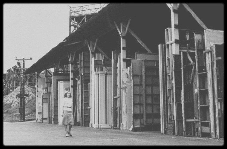 1947 / Premier contrat de Marilyn signé avec la FOX... Visite extérieure des studios. (Photos Joseph JASGUR).
