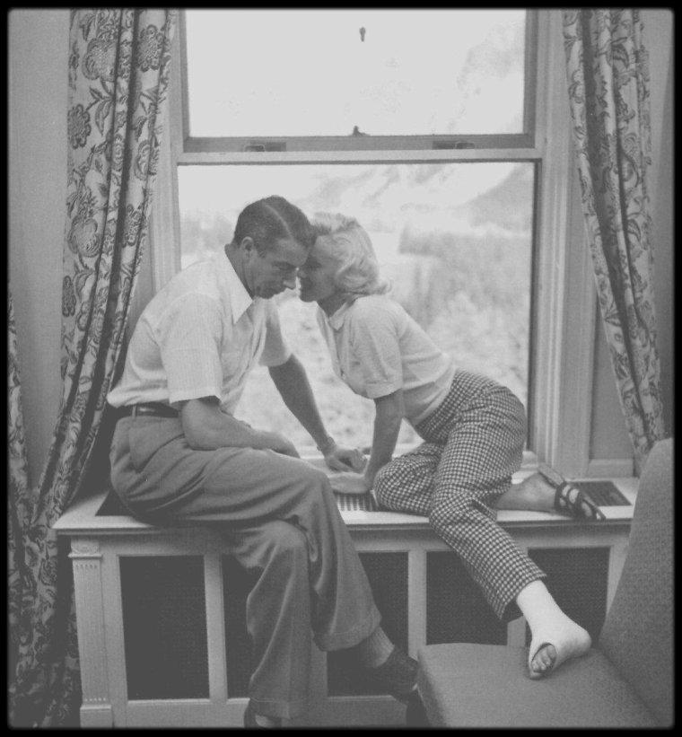 """1953 / (Photos John VACHON) Quand Joe va rejoindre sa belle au Canada alors que Marilyn tourne les extérieurs du film """"River of no return"""" ; Les deux dernières semaines de tournage, DiMAGGIO arriva, accompagné de son ami new-yorkais, George SOLOTAIRE. Pendant que Marilyn tournait, Joe allait à la chasse ou à la pêche, puis l'attendait dans leur bungalow à Jasper (Alberta) (un de ces Becker's Bungalows où toute l'équipe du film avait trouvé à se loger) ou au """"Mount Royal Hotel"""" à Banff lorsque la production  émigra vers un nouveau décor. DiMAGGIO initia Marilyn au golf."""