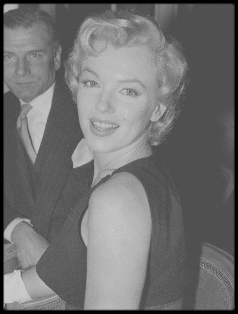"""19 Juillet 1956 / (Part II) Marilyn et arthur, lors de leur séjour à Londres, sur invitation de Laurence OLIVIER, qui sera le partenaire de Marilyn dans """"The Prince and the showgirl"""", se rendent à """"L'Hotel Savoy"""" pour une conférence de presse."""