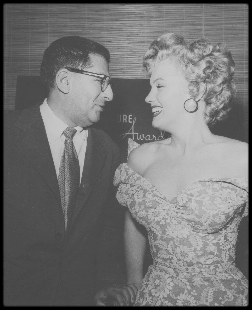 """1952 / Le Dr Elliott CORDAY que Marilyn consulta pour des douleurs abdominales et une fièvre persistante, diagnostiqua une crise d'appendicite (voir article dans le blog). Elle le supplia de retarder l'opération et pendant quelques jours, elle resta hospitalisée au """"Cedars of Lebanon Hospital"""" sous antibiotiques. Au bout d'une semaine, elle reprit le travail sans avoir été opérée. Le service de presse de la Fox apprit que la photo d'une femme nue sur le calendrier de 1951 de la société John BAUMGARTH avait été réimprimée à la demande générale pour l'année 1952. A présent qu'on voyait plus souvent Marilyn dans des films, des magazines et des journaux, il ne fallut pas beaucoup de temps pour la reconnaître sur le calendrier. Malgré les rumeurs habituelles, on n'avait jamais réussi à prouver qu'une actrice de cinéma fut allée aussi loin. Elle fut convoquée à la Fox où on lui demanda si la rumeur était fondée ou non ; elle répondit oui sans hésiter, que c'était bien elle sur le calendrier. /  Le jeudi 6 Mars : Marilyn assista à la soirée des trophées du magazine """"Look"""" (""""Look Awards"""") au Beverly Hills Hotel ; Sidney SKOLSKY et Ginger ROGERS, entre autres, étaient présents."""