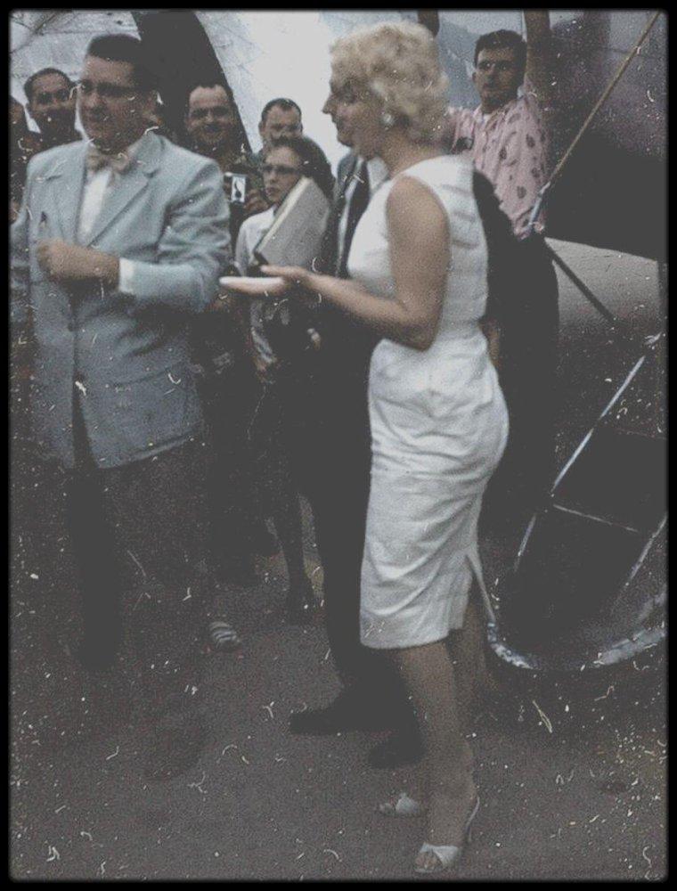 """6 Août 1955 / (Part III) (Photos Eve ARNOLD) Marilyn se rend à Bement ; Elle partit de La Guardia à 10 heures, et atterrit à Chicago où elle fit une escale de deux heures. Puis elle changea d'avion pour aller à Champaign , d'où un cortège automobile avec escorte des motards du gouverneur, l'accompagnèrent jusqu'à Bement. Elle assista à une exposition d'½uvres d'art (quelques pièces d'art primitif avaient été prêtées par un musée de Chicago). Pour l'inauguration du musée LINCOLN, elle prononça un discours qu'elle avait préparé dans l'avion. Elle accorda aussi une série d'interviews à la radio et à la presse locales.  Eve ARNOLD la photographia lors des pauses entre les festivités. Marilyn reprit l'avion pour New York à Chicago et décolla vers 23 heures. Elle arriva à La Guardia vers 2 heures du matin. Carleton SMITH de la """"National Arts Foundation"""" (qui l'accompagnait), lui demanda si elle accepterait de  se rendre à Moscou en compagnie d'une délégation d'artistes américains pour jeter les bases d'un échange culturel entre l'Est et l'Ouest. Marilyn n'hésita pas une seconde. Elle fera d'ailleurs les démarches nécessaires pour obtenir un visa (demande de visa datée du 19 août 1955). Mais la lenteur de l'administration viendra tout compliquer, ce qui somme toute sera une bonne chose car elle ne pouvait abandonner sa maison de production juste au moment où la signature d'un nouveau contrat avec la Fox se précisera."""