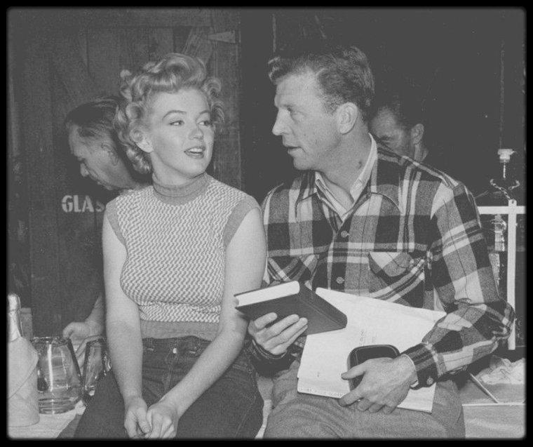 """1951 / (Part II) Marilyn lors du tournage du film """"Clash by night"""" / CRITIQUE and SYNOPSIS / Réaliste, Le démon s'éveille la nuit l'est sans aucun doute. Mais le film se rattache néanmoins par son scénario à certains thèmes de prédilection de LANG, plaçant notamment au centre de l'intrigue une figure féminine. Dans la filmographie du cinéaste, il succède ainsi à """"Rancho Notorious"""" et anticipe sur """"The Blue Gardenia"""", deux films mettant également au centre du conflit une figure de femme. Dans ce drame intimiste et passionnel, LANG confronte les aspirations et rêves du milieu petit-bourgeois d'un village de pêcheurs aux démons intérieurs de ses personnages. Mäe DOYLE, femme au passé trouble, revient après dix ans d'absence dans son village portuaire natal. Elle y retrouve Joe son frère, la jeune amie de Joe, l'attrayante Peggy, incarnée par une certaine Marilyn MONROE, jeune étoile ambitieuse, et Jerry D'AMATO le patron de Joe. Lorsque Jerry s'éprend de Mäe et la demande en mariage, cette dernière hésite avant d'accepter la proposition, croyant trouver dans ce projet de mariage et dans le fondement d'une famille la sécurité recherchée. Elle fait la connaissance de Earl PFEIFFER, projectionniste sombre et caustique, ami de Jerry, qui tente de la séduire. Insatisfaite de cette vie d'épouse au foyer et de mère de famille, Mäe finit par céder aux avances de Earl et tombe dans les bras du tentateur cynique, un beau matin, après une nuit d'ivresse..."""