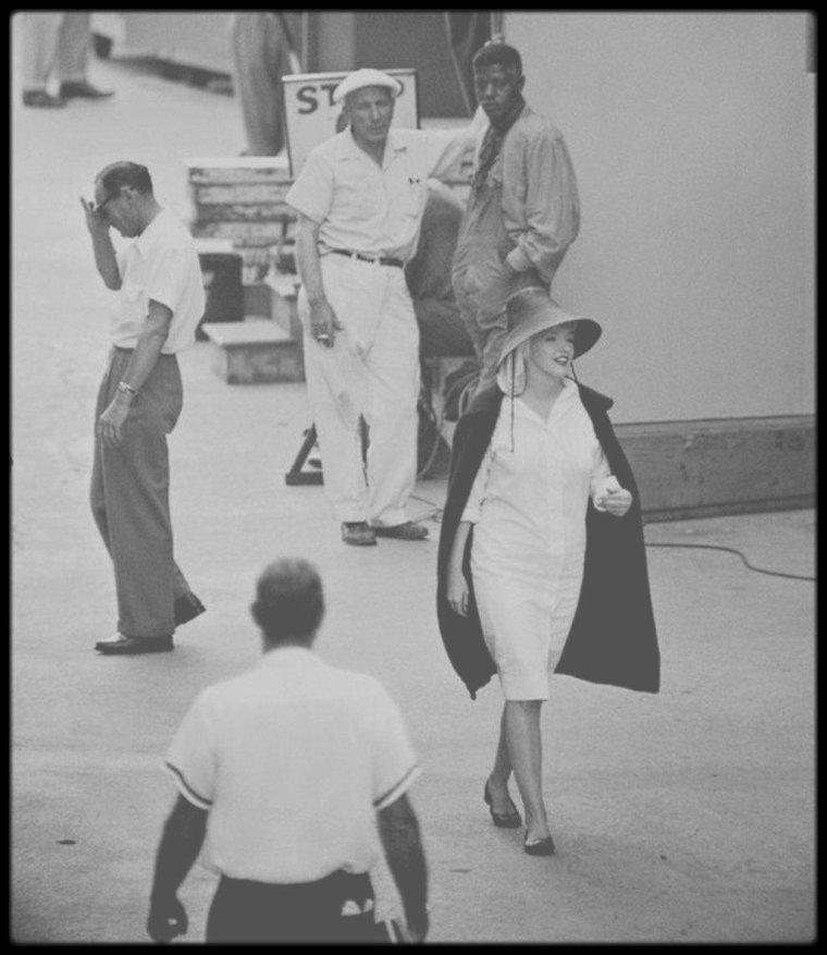 """1958 / SUR LE TOURNAGE DU FILM """"SOME LIKE IT HOT"""" / Peu de temps après l'arrivée d'Arthur, Marilyn apprit qu'elle était enceinte. MILLER annonça à Billy WILDER que Marilyn était enceinte et lui demanda de la ménager et de la laisser quitter le plateau tous les jours à 16 heures 30. WILDER ne prit pas la chose très bien :  « Ecoutez, Arthur, il est actuellement 16 heures et je n'ai aucune prise. Elle est arrivée sur le tournage sur le coup de 11 heures 30. Il a fallu attendre 13 heures pour qu'elle soit prête à travailler. Je vais vous dire une chose. Si vous me l'amenez à 9 heures, prête à tourner, je ne la lâche pas à 16 heures 30 mais à midi ». Marilyn pour sa part, paraissait soudain espérer et appréhender tout à la fois la maternité. Elle voulait protéger son bébé mais en même temps, elle le mettait en danger. D'un côté elle estimait que WILDER lui en demandait trop et elle ne voulait pas perdre cet enfant. De l'autre, elle ne tenait pas compte de la mise en garde de son gynécologue, le Dr Leon KROHN (qui assistait à la majeure partie du tournage, inquiet pour la santé de sa patiente), qui la prévint que sa consommation régulière d'alcool et de médicaments risquaient de mettre un terme à sa grossesse. Le vendredi 7 Novembre : tout laissait à penser qu'elle était en train de faire une fausse couche ; elle fut hospitalisée au """"Cedars of Lebanon Hospital"""", mais c'était une fausse alerte. Les médecins lui demandèrent de cesser de boire et de prendre des médicaments, car son bébé était gravement en danger. Elle se reposa pendant une semaine au """"Bel Air Hotel"""". Le mercredi 26 novembre, elle reçut un télégramme de George AURIC de l'Académie du cinéma français, la conviant  la remise de l'étoile de cristal, en France, pour « La meilleure interprète étrangère » dans « The prince and the showgirl ». Mais du fait qu'elle ait été enceinte et ne puisse voyager, la récompense  lui sera remise le 26 février 1959, à l'Institut du film français, à New York. DECEMBRE : Le mardi 2"""
