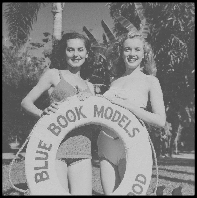 """2 Août 1945 / DES DEBUTS DE MODELE A L'AGENCE """"Blue Book Models Agency"""" / Le 2 août 1945 Norma Jeane signa son contrat à la """"Blue Book Models Agency"""" ; elle avait 19 ans et portait une robe blanche avec un empiècement orange et des chaussures en daim blanc. A cette époque, Emmeline SNIVELY avait environ vingt mannequins dans son agence. Beaucoup de filles voulaient devenir vedettes de cinéma car les mannequins n'étaient pas bien rémunérées à Los Angeles. Leur but était d'aller travailler à New York, ou de décrocher un contrat pour un film. / Dossier de Norma Jeane : - taille : 1m65       - poids : 53kg       - mensurations : 91-60-86       - taille de vêtements : 40       - couleur des cheveux : blond moyen (« trop bouclés et indisciplinés, décoloration et permanente conseillées »)       - couleur des yeux : bleu       - dents parfaites       - sait un peu danser et chanter  / Norma Jeane donna 25 $ pour avoir sa photo dans le catalogue de l'agence. Elle suivit assidûment des cours de maquillage et de soins de beauté avec Maria SMITH, de mode avec Mrs Gavin BEARDSLEY et de maintien avec Miss SNIVELY. Les cours coûtaient 100 $ ; le premier versement fut déduit de son premier salaire : elle travailla comme hôtesse d'accueil, le 2 septembre 1945, lors d'une foire industrielle (""""California Industrial Exhibition"""") pour la """"Holga  Steel Company"""" au """"Pan Pacific Auditorium"""" (7600 Beverly Boulevard) ; elle travailla dix jours pour 100 $. Puis elle fit deux jours de pose pour le catalogue de vêtements de Montgomery WARD et défila pour le """"Hollywood Fashion Show"""". On l'envoya chez des rédacteurs de mode pour faire des couvertures de magazines et agences de pub ; en l'espace de six mois, (en 1946) elle fit la couverture des magazines """"Peek"""", """"See"""", """"US camera"""", """"Parade"""", """"Foto"""", """"Glamorous models"""", """"Personal romances"""", """"Pageant"""", """"Laff"""" :  -  Après ce succès excessif, les offres se tarirent pendant les six mois suivants; on craignait tout simplement de l'avoir trop vue. En 194"""