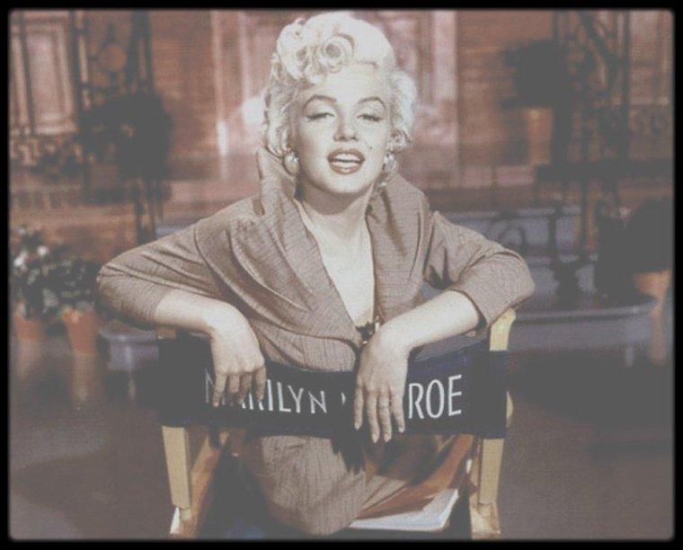 """1954 / Jolie candide de Marilyn entre deux scènes lors du tournage du film """"There's no business like show business""""."""
