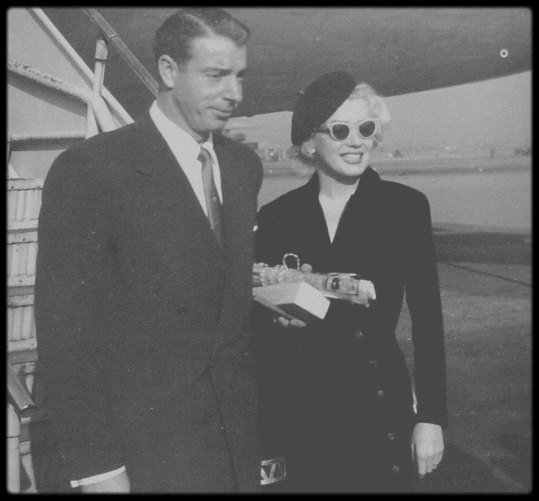 """1954 / CHRONOLOGIE de la visite de Marilyn et Joe au Japon, pour leur voyage de noce (officiellement) / Le lundi 1er Février : Marilyn et Joe, son ami Frank « Lefty » O'DOUL et sa femme Jean, quittèrent San Francisco sur le vol 831  de la Pan American pour Tokyo, via Honolulu. Avant son mariage, Joe avait accepté d'accompagner son ami et mentor à un match de base-ball ainsi qu'à un stage d'entraînement pour des débutants au Japon. Marilyn étant suspendue par le studio, Joe lui avait proposé de l'accompagner.  Le voyage était organisé par le journal """"Yomiuri Shimbun"""", en l'honneur de Joe, pour fêter la saison de base-ball. Ils firent escale à Honolulu où une nuée de fans les assaillirent. Des policiers durent intervenir pour les escorter, Marilyn étant au bord de la crise de nerfs, dans une salle d'attente isolée. Le mardi 2 Février : arrivée au """"Haneda International Airport"""" de Tokyo où les fans de Marilyn étaient si nombreux  qu'ils furent contraints de rebrousser chemin dans l'avion pour n'en ressortir que bien plus tard, discrètement, par la soute à bagages. Mais l'hystérie collective qui était centrée sur Marilyn, se poursuivit à """"l'Imperial Hotel"""" de Tokyo, où ils étaient descendus. Deux cent policiers furent de service pour tenter de maintenir l'ordre lorsque les admirateurs de Marilyn (espérant l'apercevoir ou simplement avoir une photo de sa chambre) se bousculèrent soudain, créant une véritable émeute. La foule s'amassa et  scanda le nom de Marilyn qui finit par céder sans enthousiasme et se montra au balcon de l'hôtel, ajoutant que si elle aimait beaucoup son public, cette fois-ci les choses allaient trop loin. Tout le monde voulait voir Marilyn, si bien que le couple décida de ne se montrer que pour les sorties officielles. Selon Lefty O'DOUL, c'était la première fois que Joe prenait la pleine mesure de la célébrité de Marilyn et qu'il constatait combien elle surpassait la sienne. Cela le rendit maussade. La grogne de Joe ne fit qu'empirer quand le lendem"""