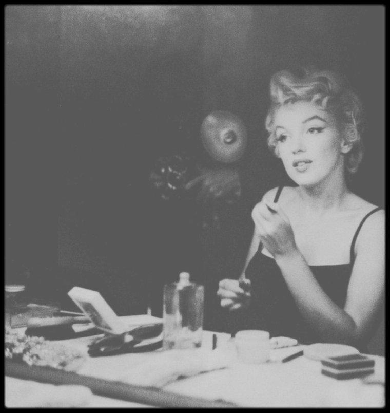1954 / (Part II) Session maquillage pour Marilyn dans sa loge sous l'objectif du photographe Sam SHAW.