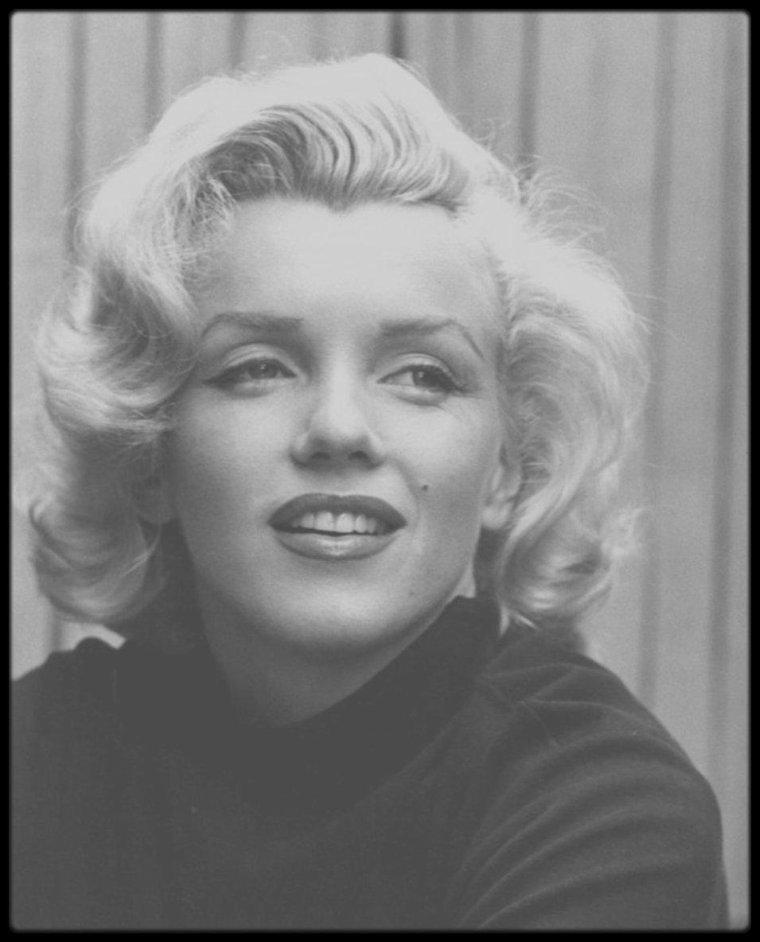 Mai 1953 / Superbes photos de Marilyn du photographe Alfred EISENSTAEDT, prisent dans la cour de son appartement, alors qu'elle habitait à Doheny Drive.
