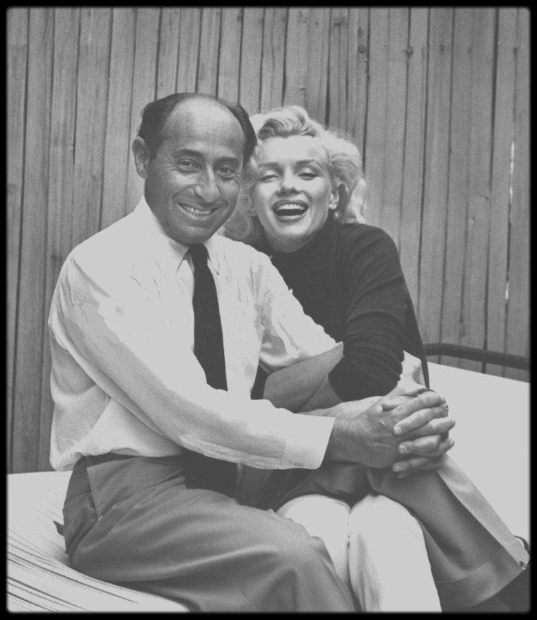 """Mai 1953 / Dear """"Eisie"""" / Doheny Drive, Marilyn et """"Eisie"""" (voir article ci-dessous) / MINI-BIO / Date de naissance : 6 décembre 1898, à Dierschau (Tczew), Pologne.  Date de décès : 24 août 1995, à New York. Il fit ses premières photographies à l'âge de treize ans avec un appareil Kodak qu'on lui avait offert. Pendant le période d'inflation qui suivit la Première Guerre Mondiale, il commença par gagner sa vie comme vendeur de ceintures et de boutons pour une firme berlinoise. Pendant son temps libre, il se consacrait à la photographie et commença à faire des expériences d'agrandissement de détails. La publication dans le """"Weltspiegel"""" de sa photo d'une joueuse de tennis marqua le début de son activité de photographe free-lance, notamment pour le """"Berliner Tageblatt"""". En 1929 il décida de faire de la photographie son métier et travailla alors pour la « Pacific and Atlantic Picture Agency ». Sa première commande, un reportage photo sur la remise du prix Nobel à Thomas MANN en 1929 lui valut déjà une grande considération. Il fit dans ces années là un grand nombre de portraits qui devinrent célèbres par la suite, comme ceux de Marlene DIETRICH, de George Bernard SHAW, mais aussi de Joseph GOEBBELS, HITLER et MUSSOLINI, ainsi qu'un reportage sur la guerre italo-éthiopienne.Il travailla pour le """"Berliner Illustrierte Zeitung"""" et d'autres journaux berlinois et parisiens. La situation politique de l'Allemagne et l'espoir de meilleures conditions de travail le conduisirent à émigrer aux Etats-Unis en 1935, où il travailla d'abord pour """"Harper Bazaar"""", """"Vogue""""  et """"Town and Country"""". Il arriva à New York et fut engagé comme collaborateur permanent au magazine """"Life"""" dès ses débuts en 1936. Jusqu'à la cessation provisoire d'activité de """"Life""""  en 1972, il travailla à plus de 2500 commandes au total et fit des photos de plus de 90 couvertures. Photojournaliste, il n'était pas spécialisé dans un domaine particulier. Ses photos de personnalités entrèrent quand même dans l'histoir"""