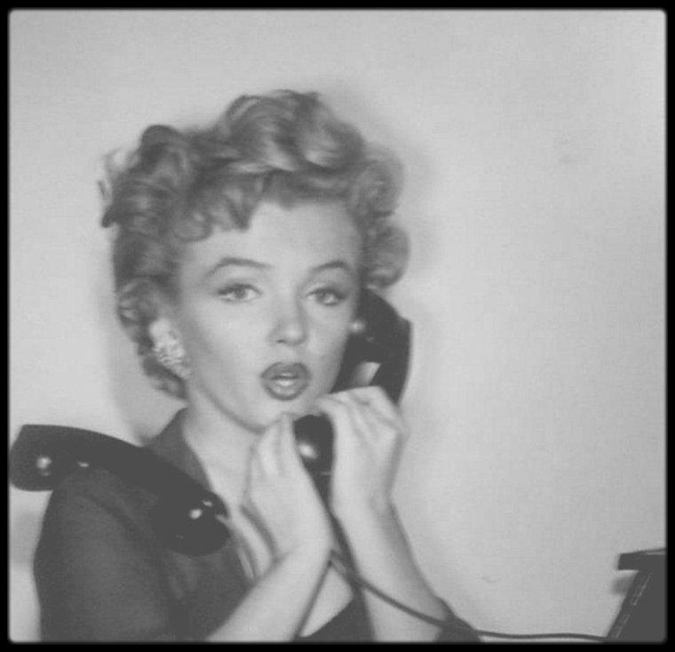 """1952 / Marilyn sur le tournage du film """"Don't bother to knock"""" / En 1952, Marilyn, qui commence déjà à se faire un petit nom à Hollywood grâce à quelques apparitions remarquées dans les grands films de l'époque (""""Eve"""" de MANKIEWICZ, """"Quand la ville dort"""" de HUSTON) est alors sous contrat avec la Fox qui cherche à lui offrir son premier grand rôle. Un an avant sa composition légendaire dans """"Niagara"""", la jeune actrice a l'habitude de jouer les ingénues (""""Les hommes préfèrent les blondes"""", """"Chérie, je me sens rajeunir"""", tous deux signés par le génial HAWKS) et ne se voit pas confier de rôle sérieux à hauteur de son potentiel dramatique. C'est probablement pour répondre à ce manque que l'actrice de vingt-six ans est embarquée sur le tournage de """"Troublez-moi ce soir"""", étrange pièce filmée dans laquelle elle incarne une jeune femme totalement borderline qui se voit confier – on a bien du mal à comprendre pourquoi – la garde d'une gamine logeant avec ses parents dans un hôtel de luxe. L'intervention d'un dragueur indélicat (Richard WIDMARK) va raviver un certain nombre de traumas (la perte d'un fiancé dans le Pacifique) et faire basculer la jeune femme dans les tréfonds de sa mélancolie.  Le mythe Marilyn n'est pas encore en place et pourtant, le réalisateur retarde habilement l'arrivée de la star dans le film. D'abord centré sur la liaison houleuse entre WIDMARK et sa compagne (première apparition renversante d'Anne BANCROFT), """"Troublez-moi ce soir"""" laisse peu d'idées sur la place à prendre pour la célèbre actrice. Et pourtant, au bout de quelques minutes, la voici qui pénètre dans le hall de l'hôtel, quintessence précoce d'une évanescence inaccessible qui n'aura de cesse de nourrir la légende. Son entrée va rapidement bouleverser la hiérarchisation de personnages et laisser se disséminer un mal insondable là où ne règnent qu'ordre et glamour. Ce fut un vrai pari de confier ce rôle à Marilyn et force est de reconnaître que l'actrice embrasse les travers de son personnag"""